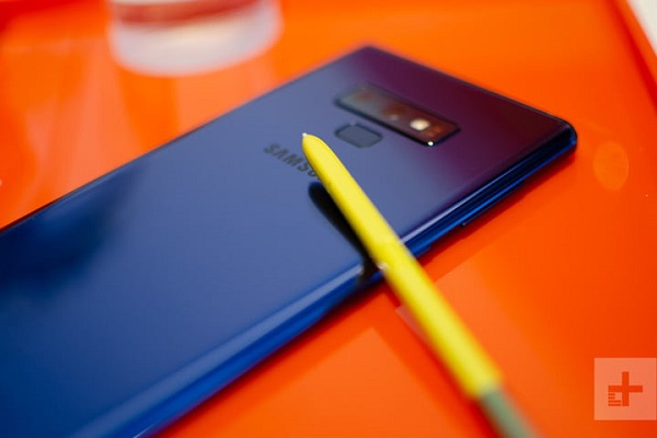 galaxy-note-9-hands-on-blue-back-yellow-s-pen-clos